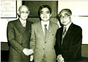 1983年4月。北区長選立候補の時。社会党、社民連、共産党の推薦だった。左が都知事美濃部亮吉、左は社会党委員長飛鳥田一雄、場所は都知事室である。鳥生先生は50才。一度限りということで鳥生先生は自分が役に立てばと立候補した。